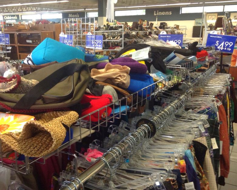 Подросток купил в магазине подержанных вещей 6 пальто. Оказывается, так он помогал нуждающимся