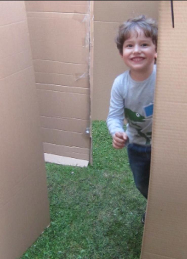 Грузчик не выдержал слез мальчика, когда новый холодильник привезли без коробки, и решил помочь ему