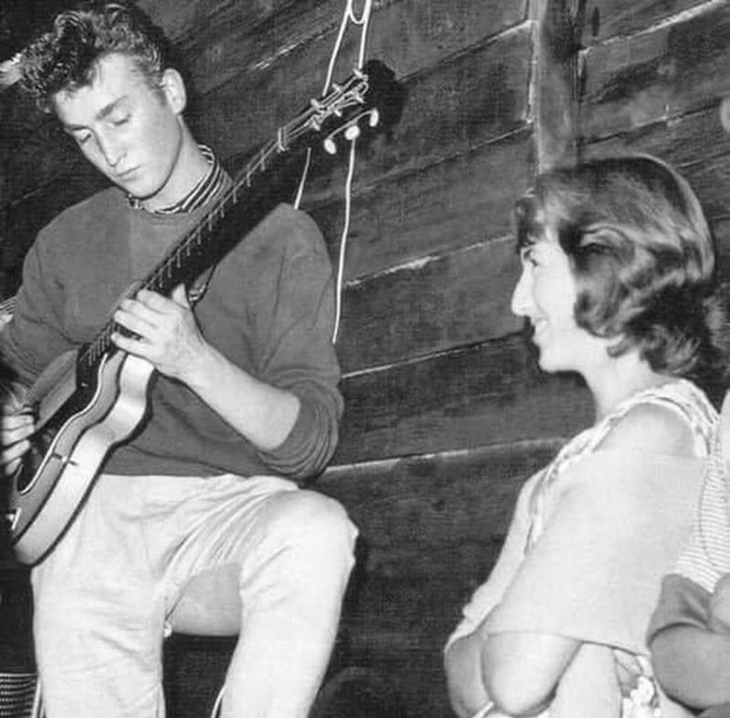 Назад в прошлое: ностальгические фото, вызывающие приятные воспоминания: какими были звезды до популярности