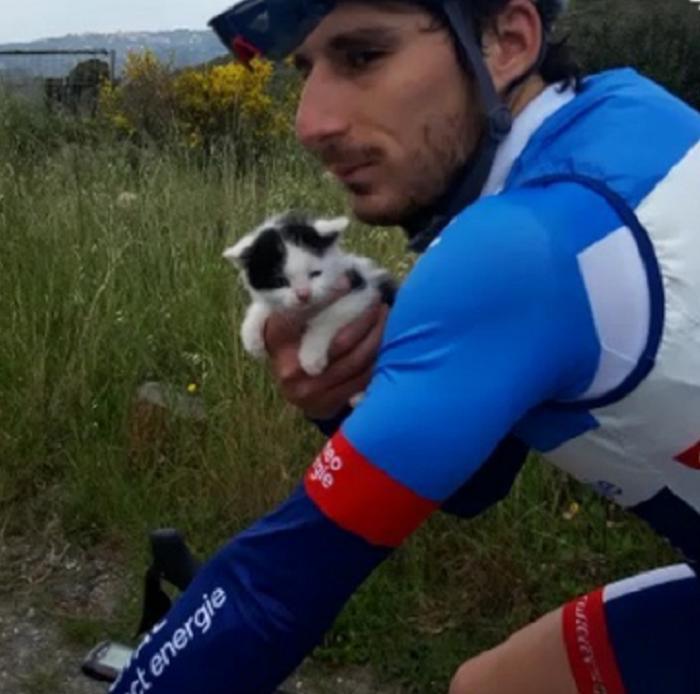 Поклонники полюбили велогонщика еще больше после того, как он спас жизнь пушистому животному
