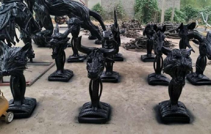 Мастерство мужчины поражает. Выброшенные шины, попадающие к нему в руки, превращаются в яркие скульптуры