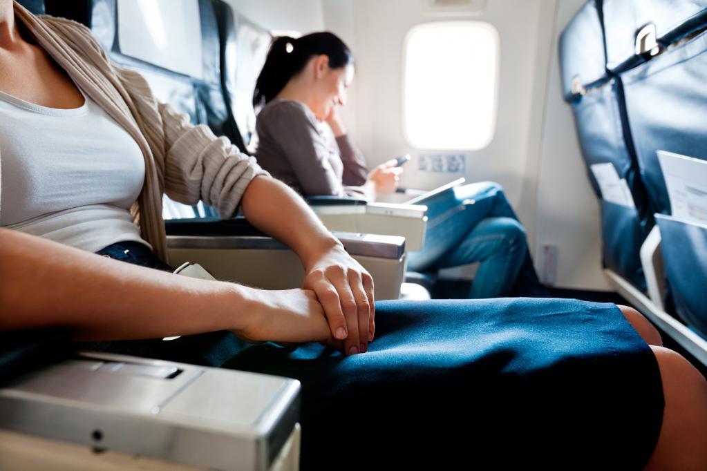 Секреты авиаперелетов: кому из пассажиров принадлежит право на подлокотники