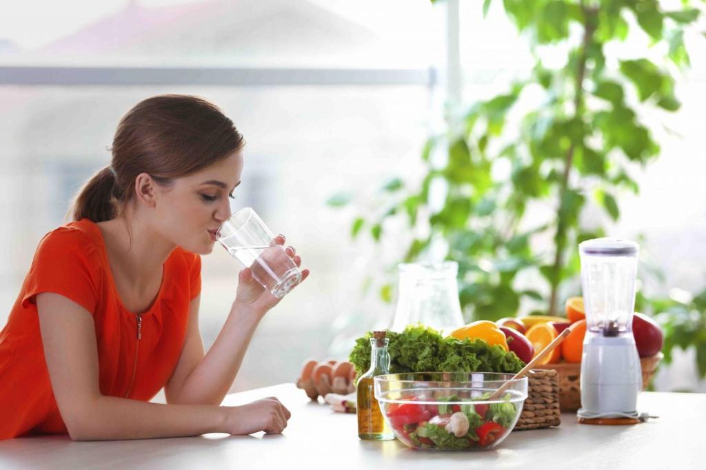 Что происходит с организмом, когда человек запивает съеденную пищу водой