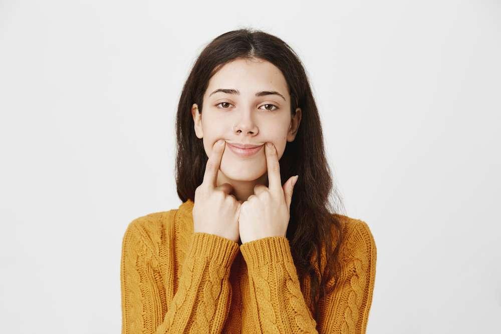 Вынужденные улыбки не делают нас счастливее: исследования ученых о влиянии улыбки на эмоциональное состояние
