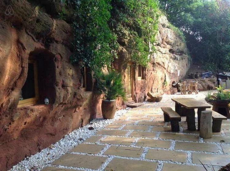 Мужчина укрылся от дождя в пещере и решил остаться в ней на всю жизнь: удивительная история постройки дома в 3000-летней скале