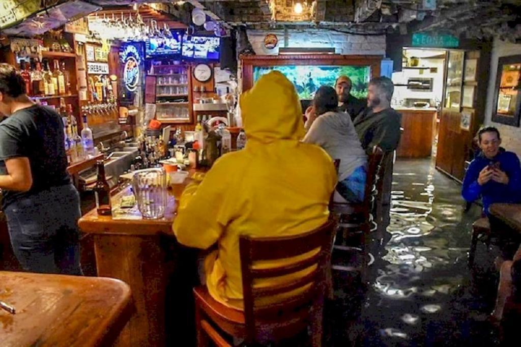 """Люди решили, что лучший ответ стихии – юмор. Смешные фотографии, сделанные во время и после урагана """"Ирма"""""""