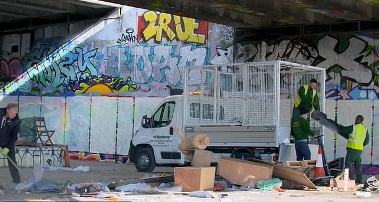 Власти потратили день, чтобы вывезти мусор уличного художника. Но уже на следующее утро хлам был на прежнем месте