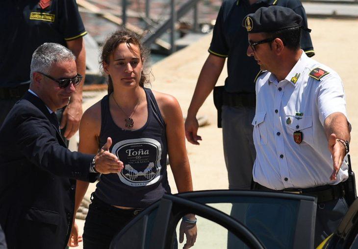 Справедливость восторжествовала: девушку капитана, спасшую 50 мигрантов, отпустили из-под стражи
