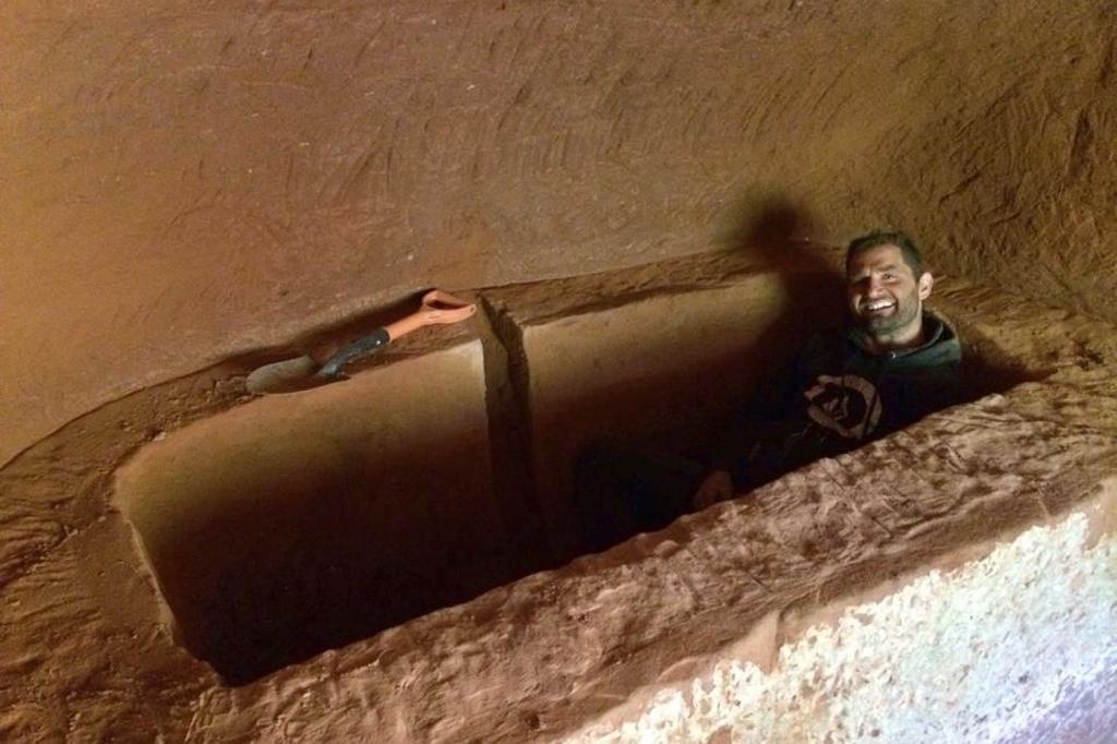 Катаясь на велосипеде, англичанин обнаружил пещеру возрастом 250 млн лет. Через некоторое время мужчина оборудовал в скале удобный дом