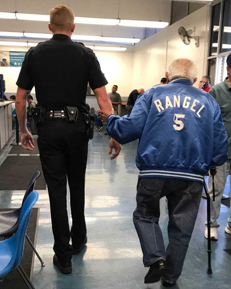 Сотрудники банка вызвали полицию, чтобы вышвырнуть недовольного старика на улицу: прибывший офицер поступил иначе