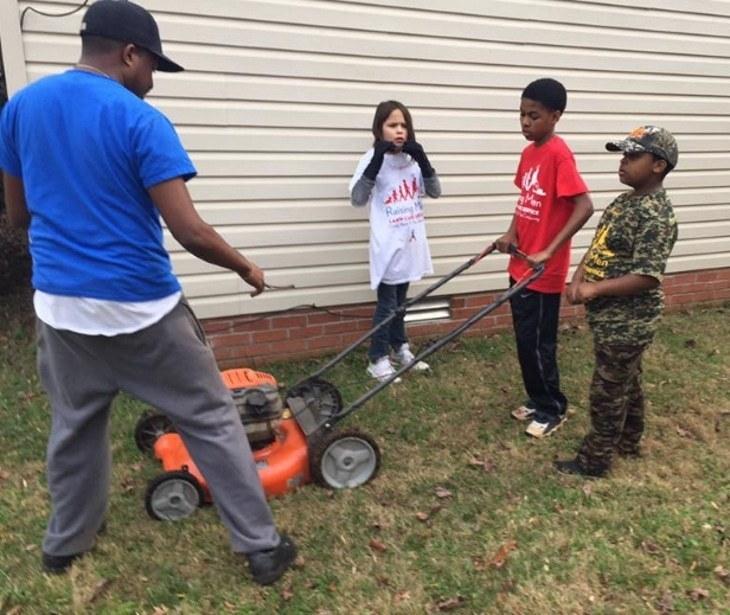 Соседи наблюдали за старушкой, которая пыталась привести в порядок газон: вскоре молодые люди решили помочь пожилой женщине