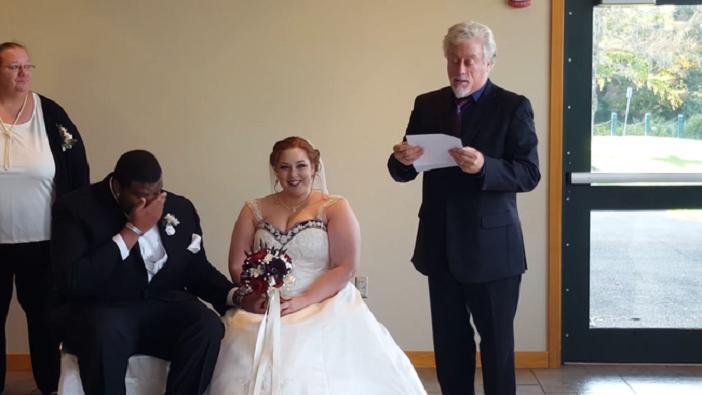 Дядя невесты остановил свадьбу, чтобы прочитать ей письмо, которое растрогало девушку до слез