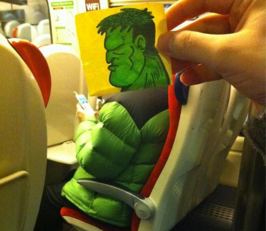 Чем заняться в общественном транспорте: художник развлекается, превращая пассажиров в мультяшных персонажей