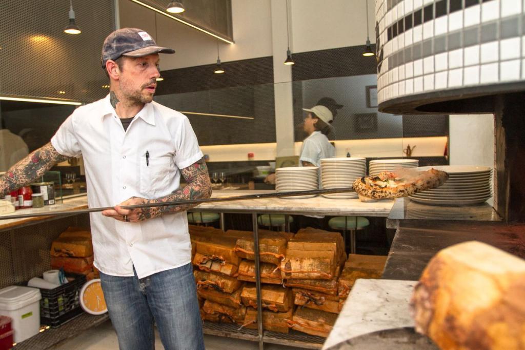 """Шеф-повар из Нью-Йорка рассказал, как за 20 минут приготовить ресторанную пиццу """"Неаполитана"""""""