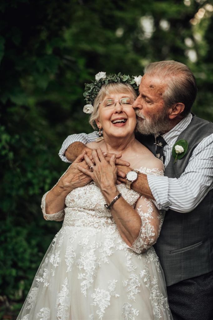 Внучка удивила бабушку и дедушку свадебной фотосессией в день 60-й годовщины их брака