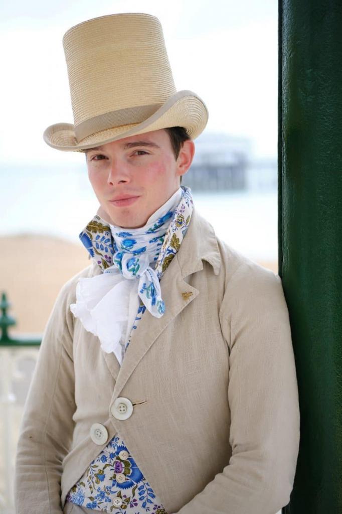 В 14 лет парень полностью отказался от современной моды и начал носить костюмы 1820-х годов (фото)