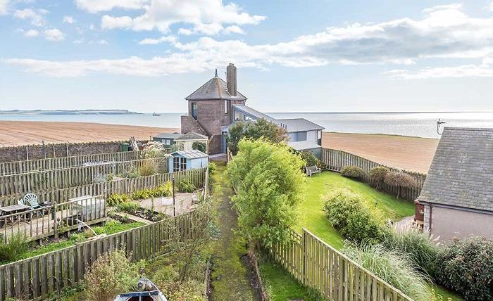 Семья купила заброшенную башню береговой охраны и превратила ее в дом с потрясающим видом на море