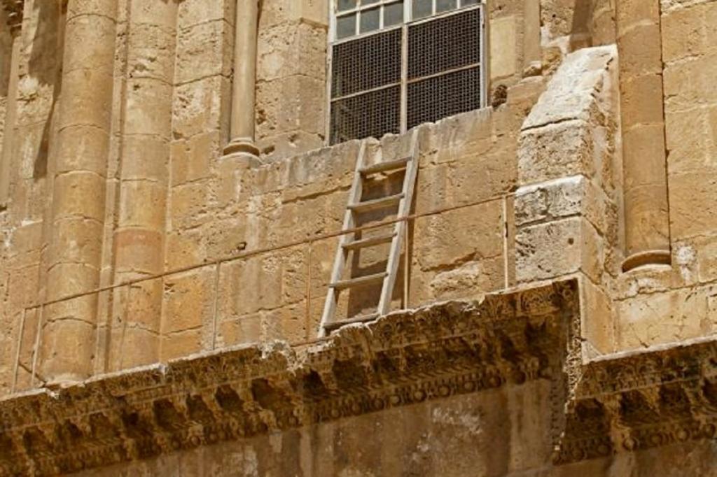 Два века назад каменщик поставил лестницу у стены церкви в Иерусалиме: почему никто не смеет прикасаться к ней
