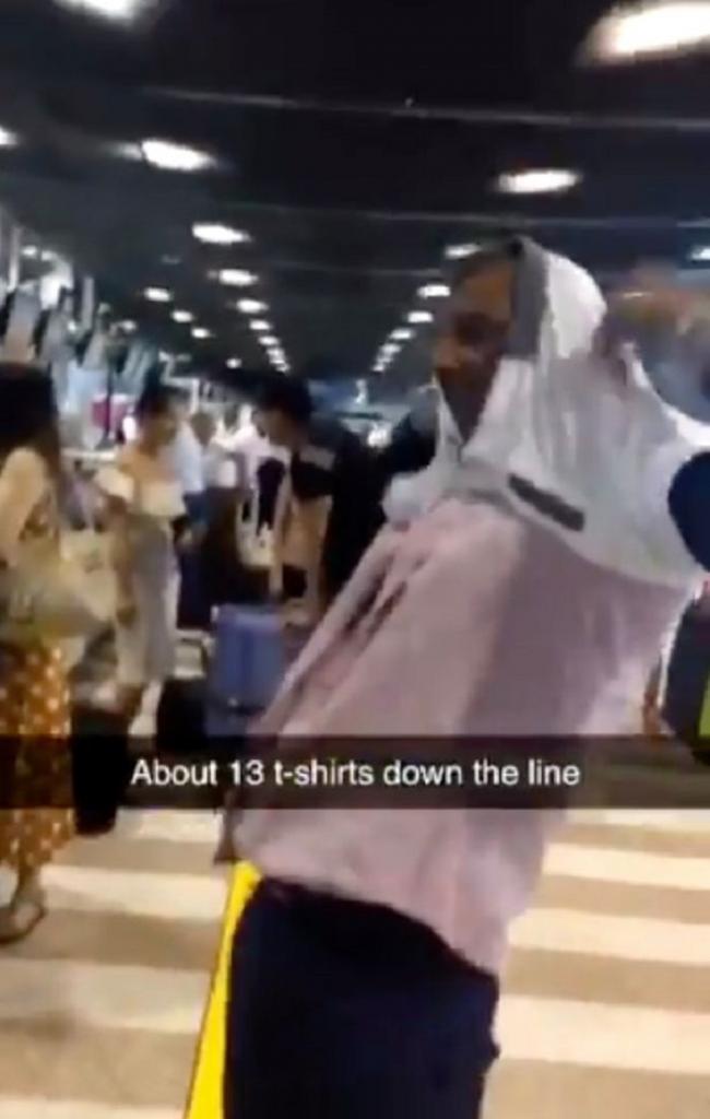 У мужчины был перевес багажа в аэропорту. Тогда он открыл чемодан, достал футболки и начал переодеваться