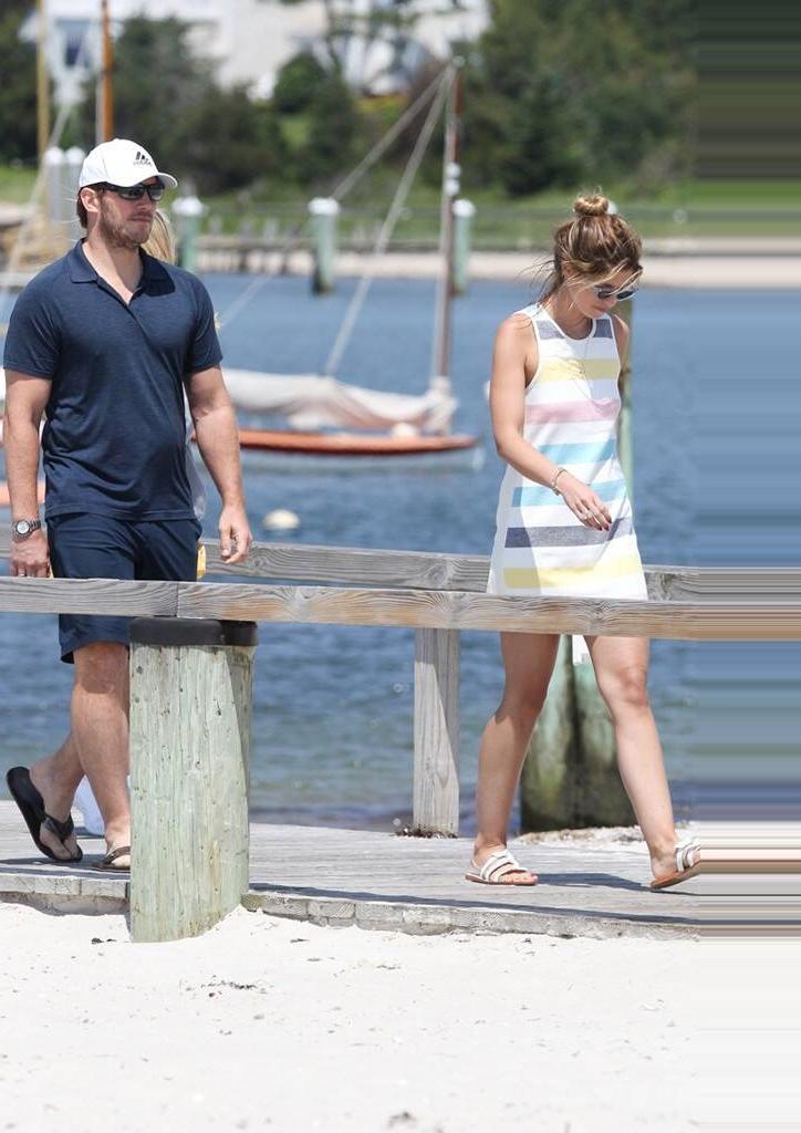 Звездам тоже нужно отдыхать: Крис Пратт и Кэтрин Шварценеггер загорают на солнце и веселятся с семьей