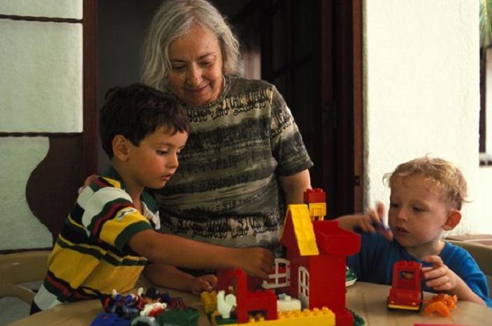 Женщина сердилась на свекровь за то, что та баловала ее сыновей. Когда дети выросли, она поняла, что бабушка была права