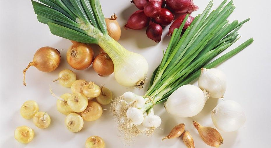 Лук, капуста и фрукты: 8 продуктов, которые вызывают вздутие живота
