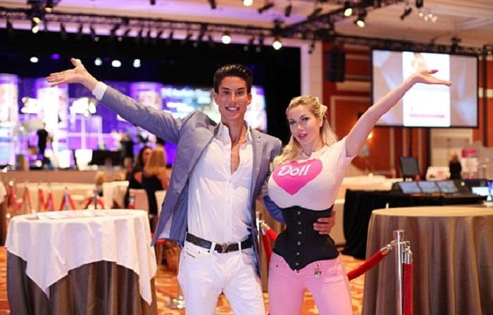 """Навеки вместе, навеки Барби и Кен: пара потратила 500 000 долларов на операции, чтобы быть """"живыми куклами"""""""