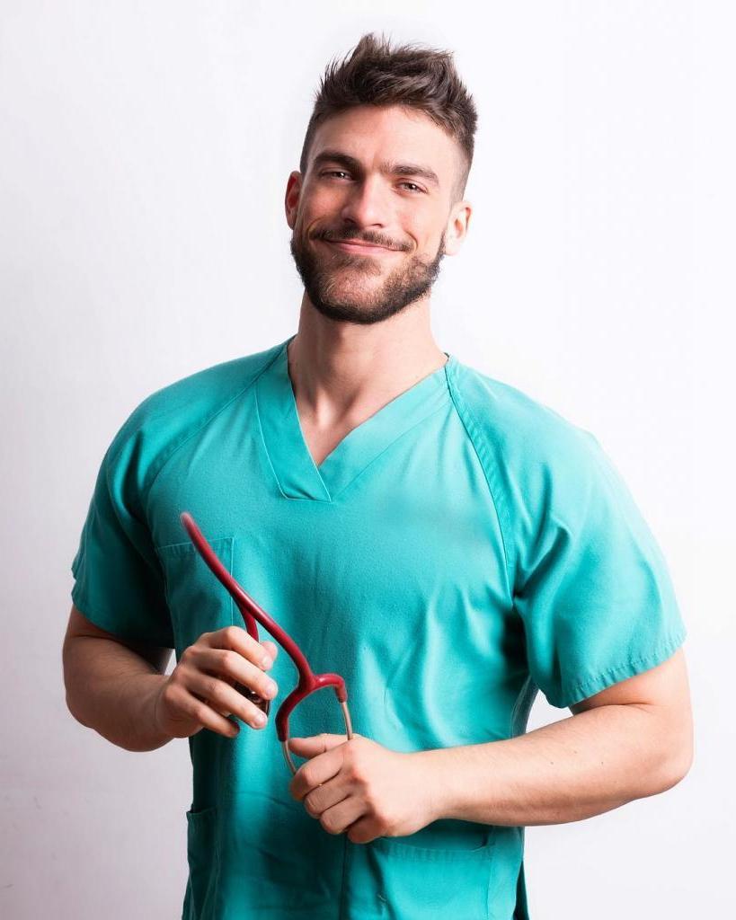 От обычного медбрата до звезды Instagram: испанец прославился благодаря своей обворожительной улыбке и мускулам
