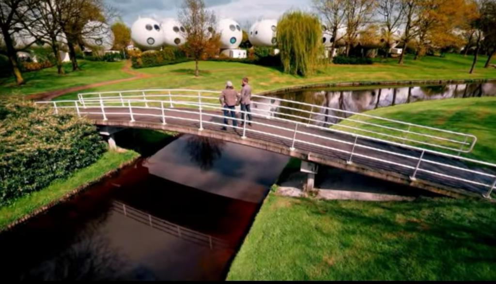 В Голландии есть необычные дома в виде пузырей: интересно, как в них живется обитателям