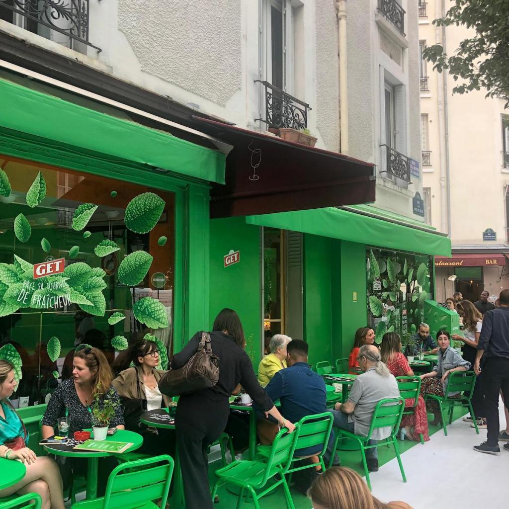 Одну из улиц в париже полностью перекрасили в зеленый цвет, чтобы снизить температуру в жаркие летние дни. Получилось очень стильно: фото