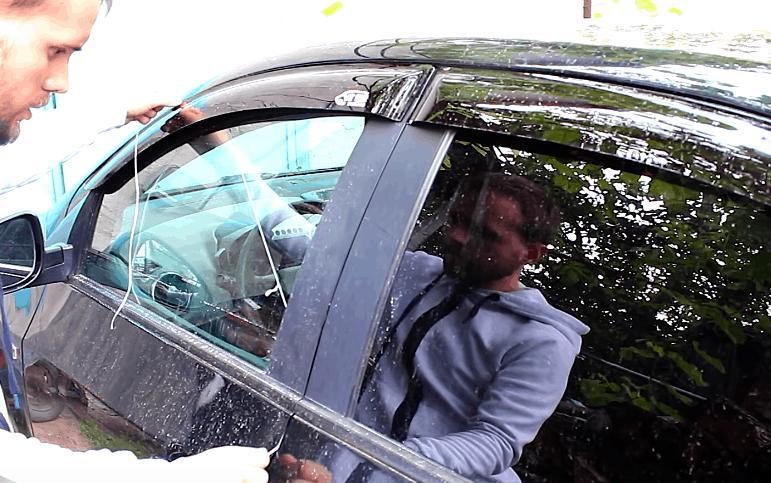 Когда дверь моей машины захлопнулась, друг посоветовал мне использовать нитку. С ее помощью мне удалось справиться с проблемой