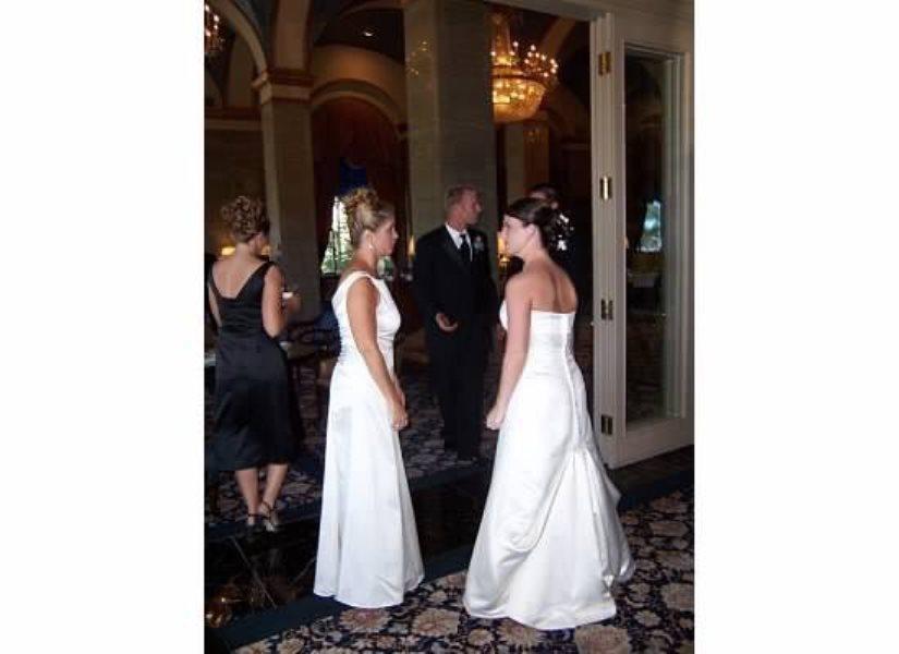 Мать явилась на свадьбу сына в подвенечном платье. Реакция невесты показала ее как умную женщину