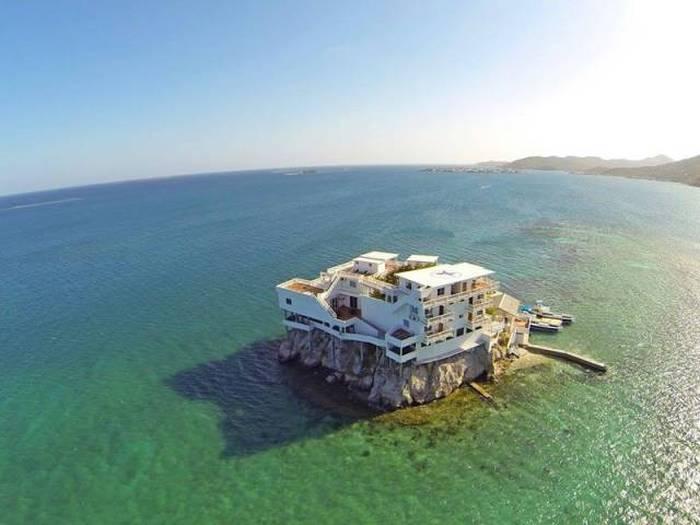 В окружении моря и неба - дом на скале, ставший раем для дайверов