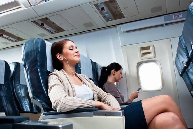 Девушка откинула длинные волосы на спинку кресла в самолете. Сосед сзади закипел от гнева