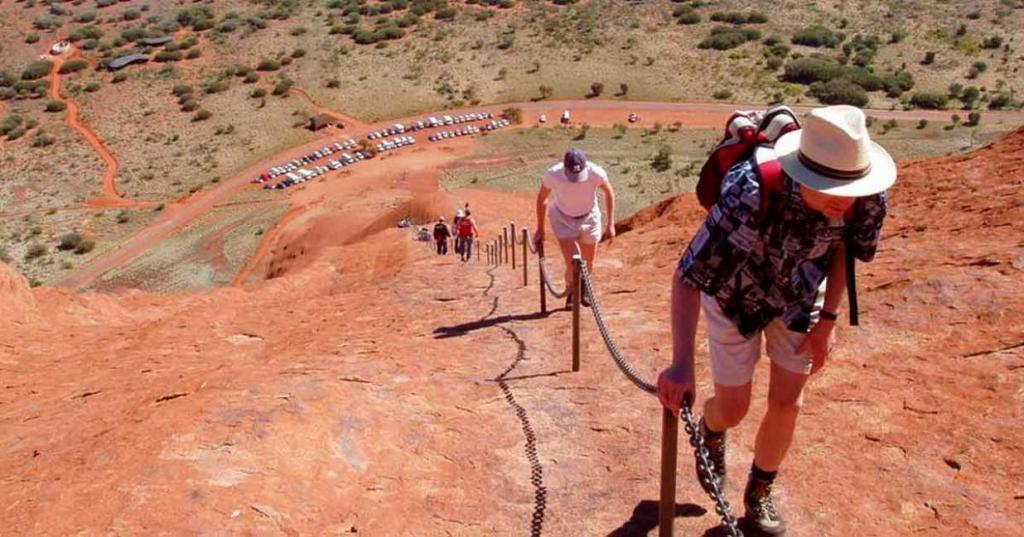 Ей 680 миллионов лет: в Австралии закрывают оранжевую скалу Улуру, и туристы спешат побывать на ней, создавая всем проблемы