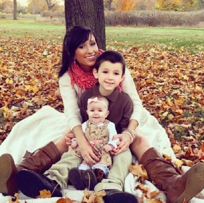 Чтобы в будущем сын стал хорошим мужем, мать-одиночка приучает его к труду и делится своим опытом