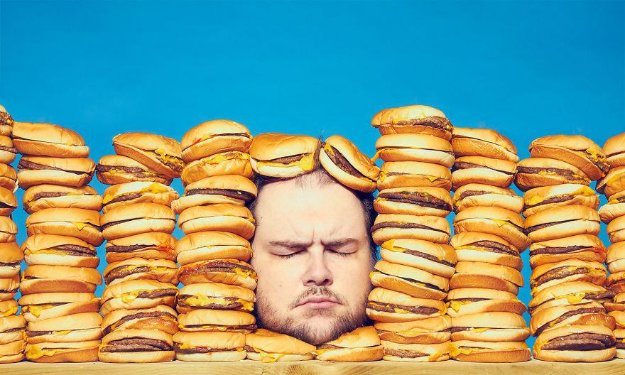 Фотограф из Торонто создал серию снимков, в которых показывает свое отношение к нездоровой пище