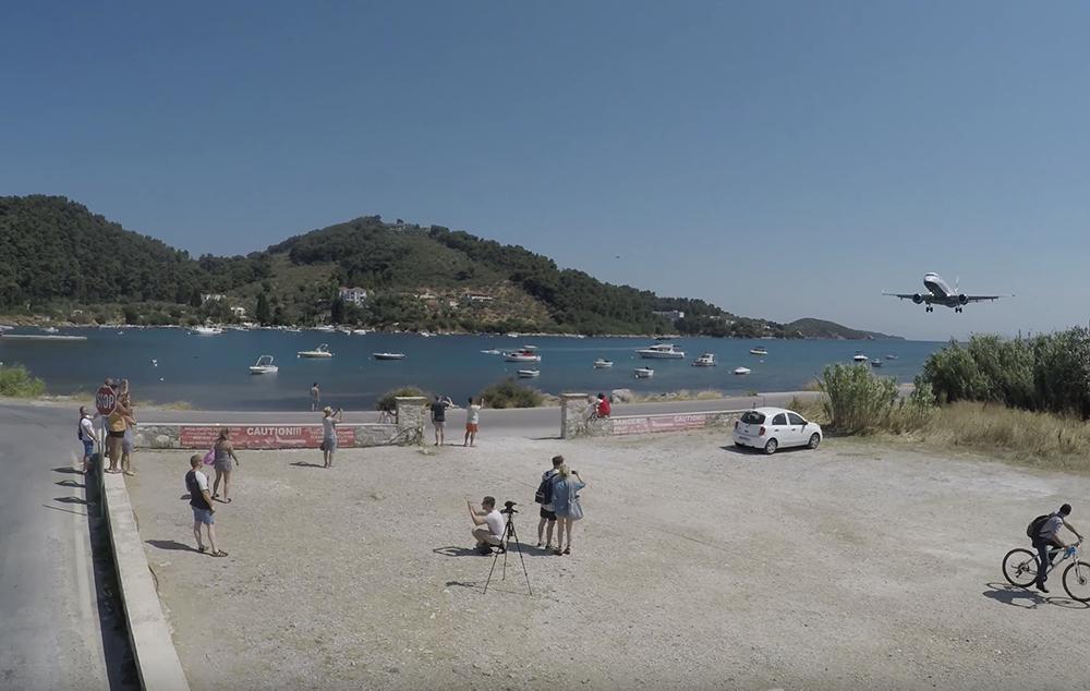 Любителям острых ощущений: тысячи туристов приезжают в Скиатос, чтобы посмотреть низкую посадку авиалайнеров