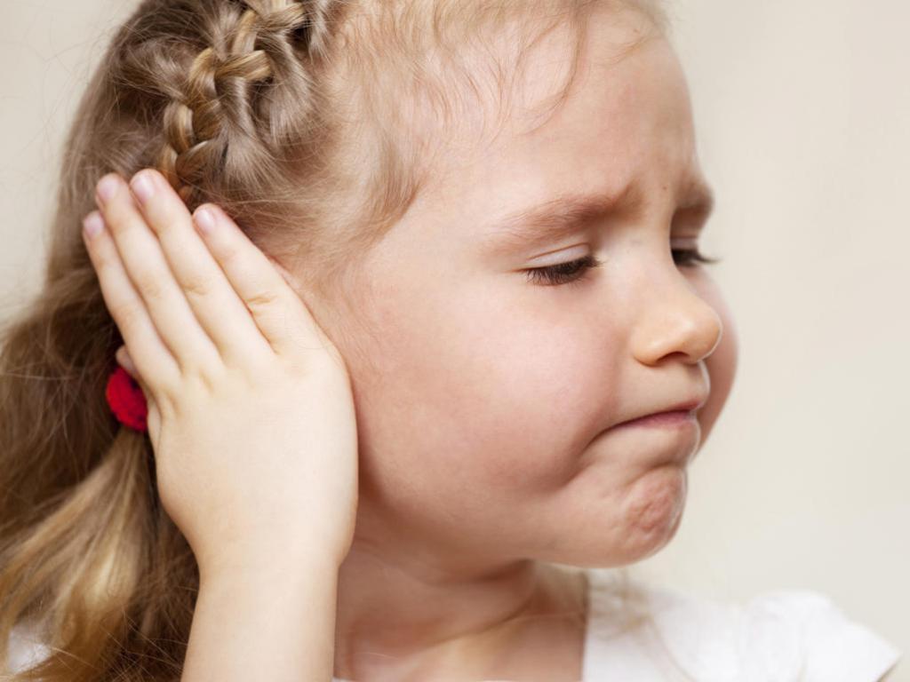 за ушами мокнет и корочки у ребенка