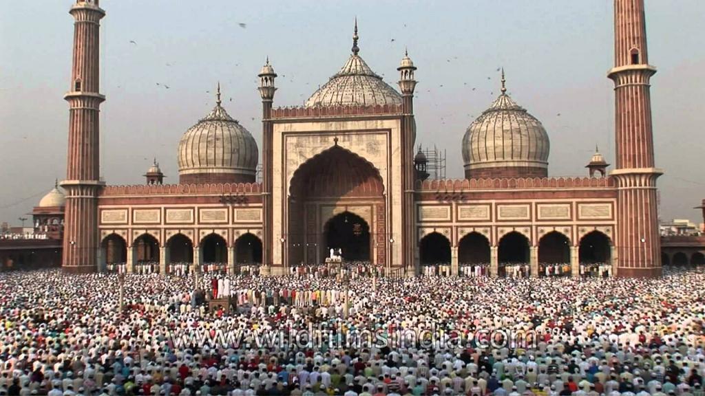 молитва перед мечетью