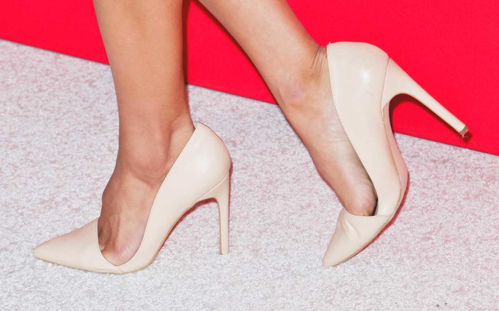 Главная причина появления шишек - неудобная обувь