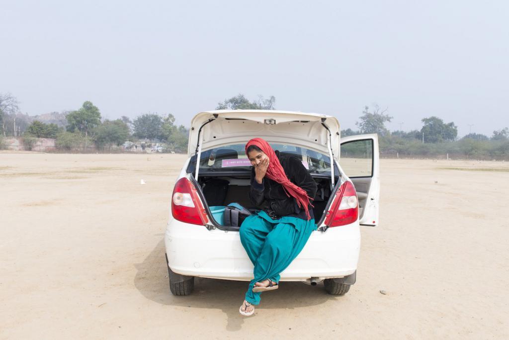женщина в багажнике