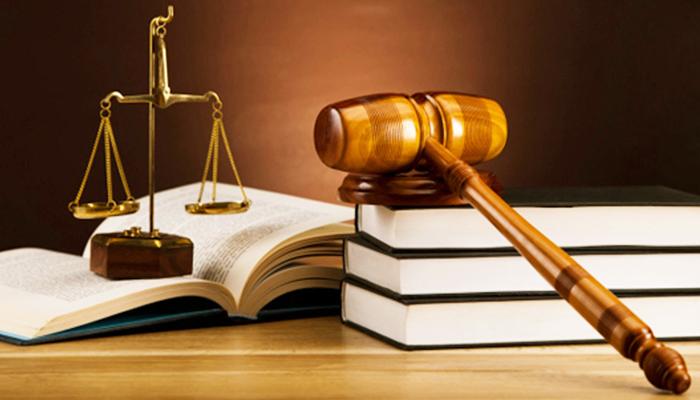 Весы и молоточек судьи