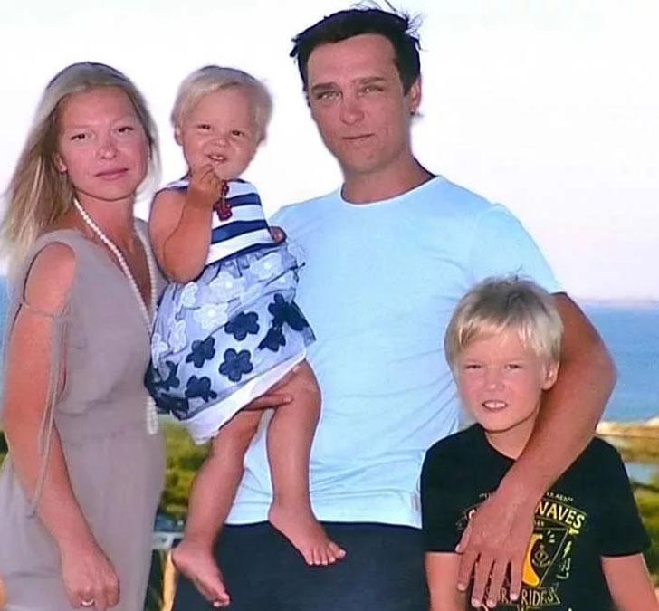 председателю юрий шатунов с женой и сыном фото наградил привлекательной