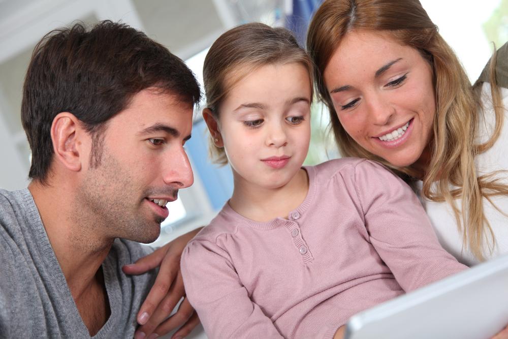 Родители учат дочь