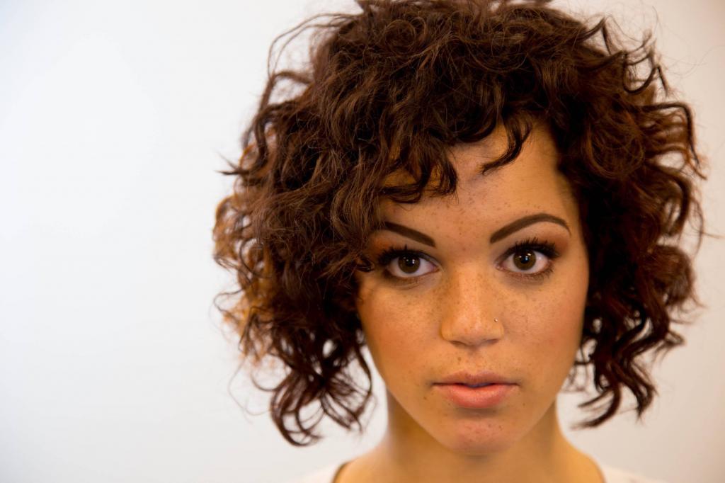 Стрижки без укладки для вьющихся волос: интересные идеи, особенности выполнения, фото