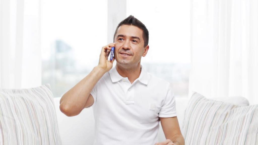 Человека достают люди по телефону