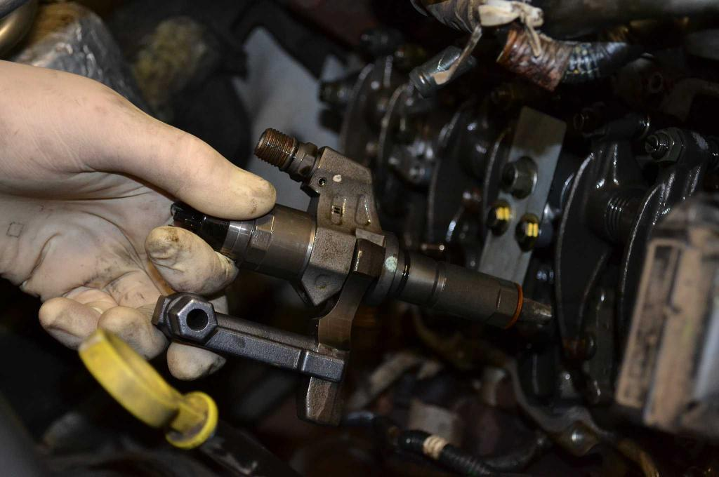 Извлечение форсунок из двигателя