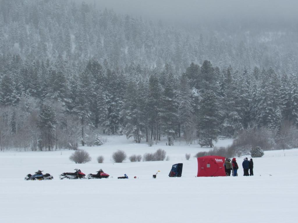 Лагерь рыбаков и их снегоходы