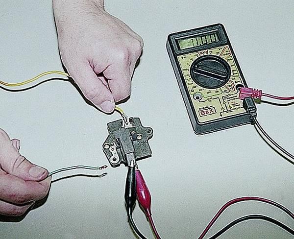Используя вольтметр, замеряем напряжение на клеммах